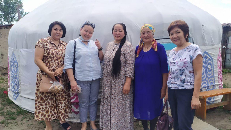 Своими впечатлениями о совместной поездке к народной умелице Шакерман из села Бозанбай делится восточноказахстанская детская писательница Бану Ахметбекова